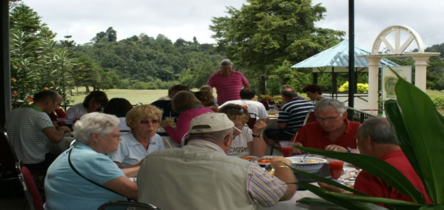 golfers cafe restaurant crowd
